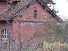 Niemiecka nazwa stacji na budynku dworca kolejowego w Kaniach Iławeckich